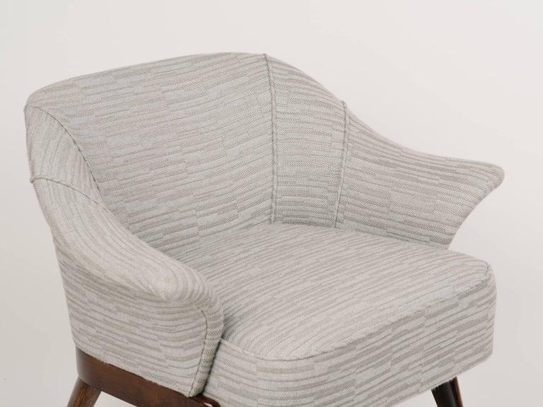 Elegant Mid-Century Modern Swan Chair in Embossed Woven Wool For Sale 2