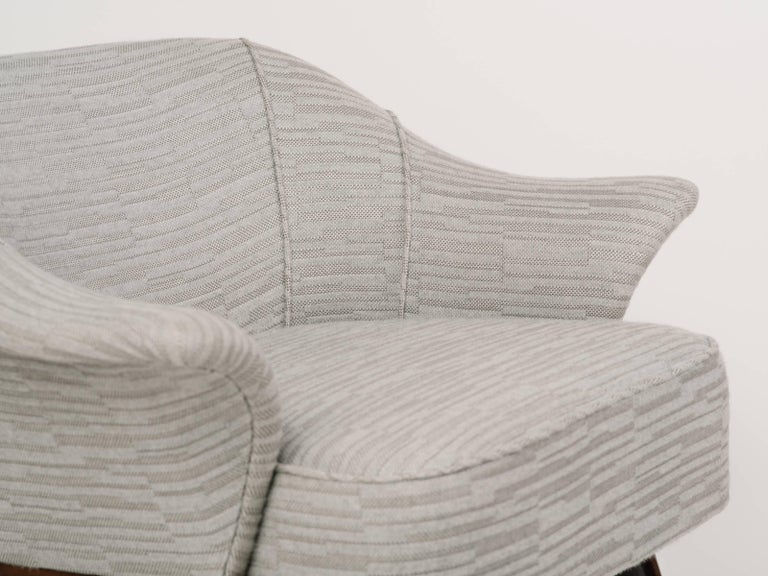 Elegant Mid-Century Modern Swan Chair in Embossed Woven Wool For Sale 3