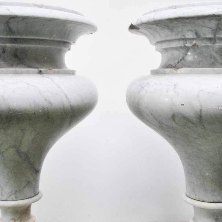 Elegant Pair of Large Carrara Marble Vases, Period Early 20th Century For Sale 4