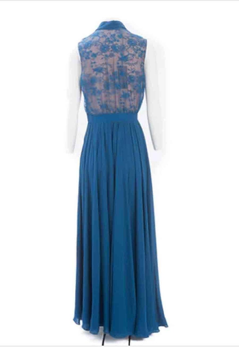 Sublime Elie Saab sleeveless evening dress in blue blend silk. It consists of a cobalt blue lace top on a nude bottom with a button-down shirt collar. The waist is marked by a large grain from which starts a pleated skirt, zip side closure and side