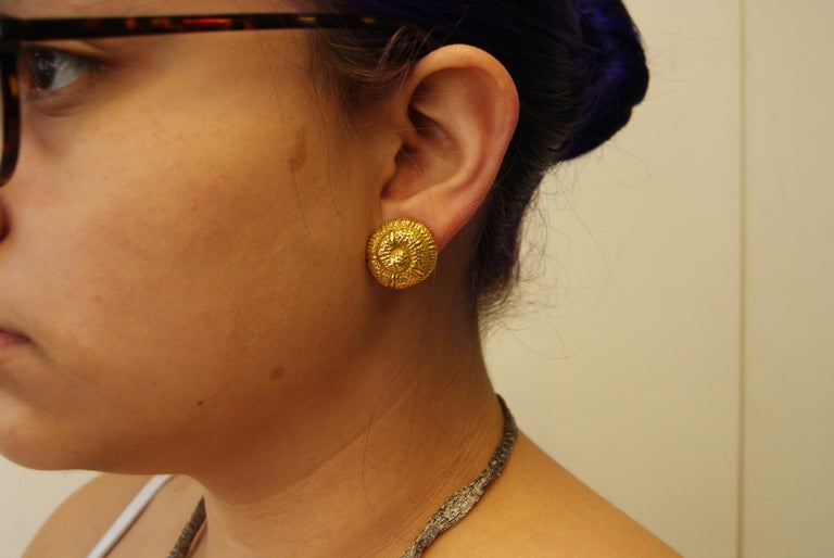 Elizabeth Gage 18 Karat Gold Snail Shell Earclips In Excellent Condition For Sale In New York, NY
