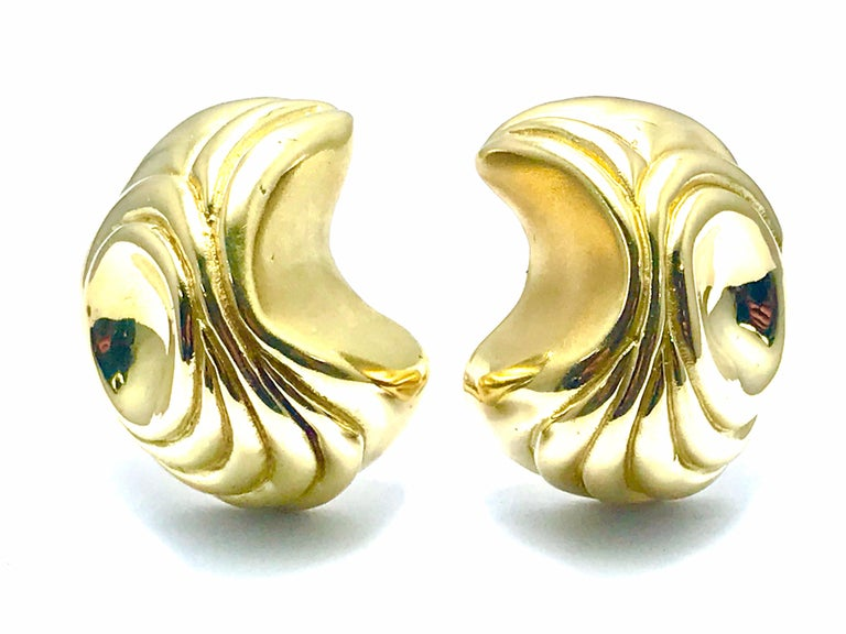 Elizabeth Gage Handcrafted 18 Karat Yellow Gold Domed Retro Design Clip Earrings In Excellent Condition For Sale In Washington, DC