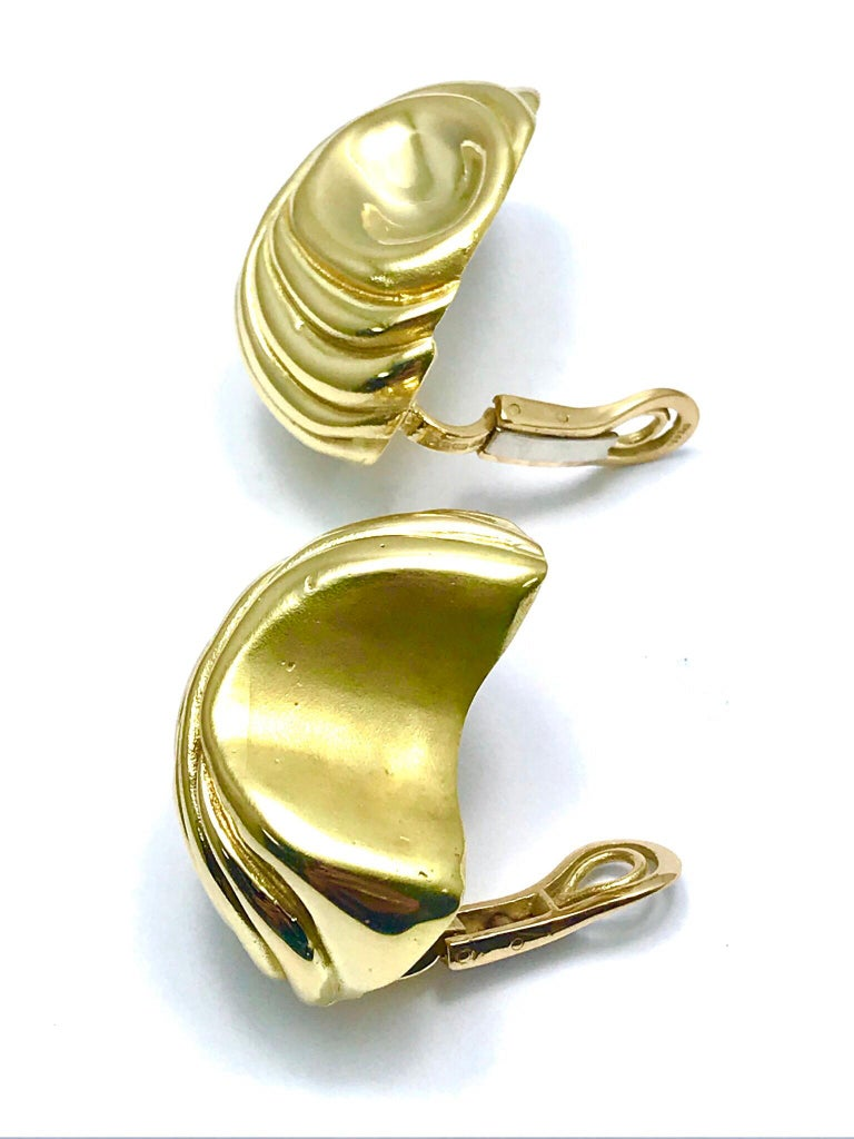 Elizabeth Gage Handcrafted 18 Karat Yellow Gold Domed Retro Design Clip Earrings For Sale 3