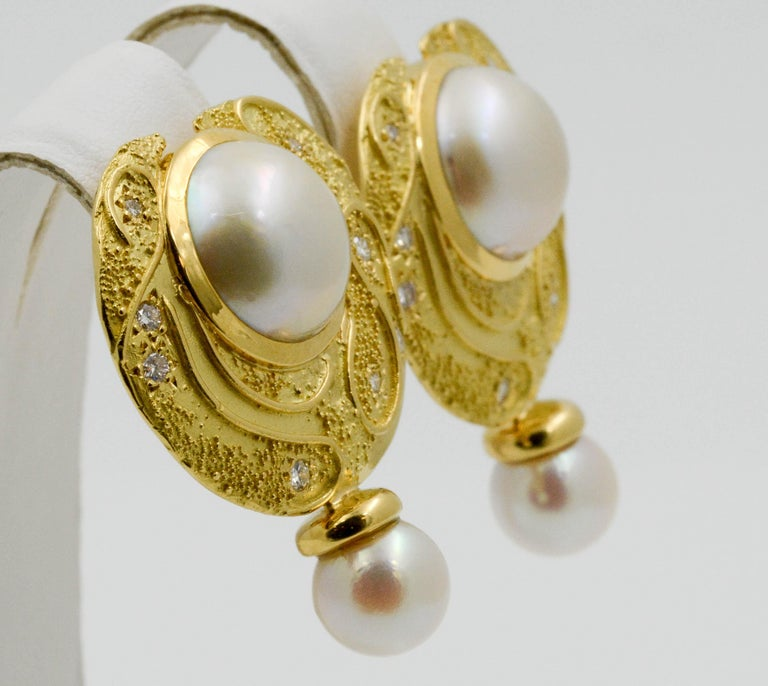 Elizabeth Garge Yellow Gold and White Cultured Mabe Pearl Clip Back Earrings In Good Condition For Sale In Dallas, TX