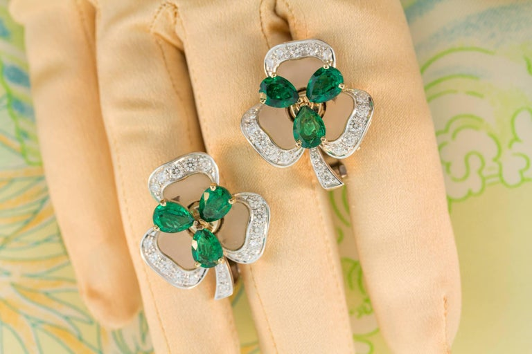 Ella Gafter Emerald and Diamond Clip-on Earrings Clover Flower Design In New Condition For Sale In New York, NY
