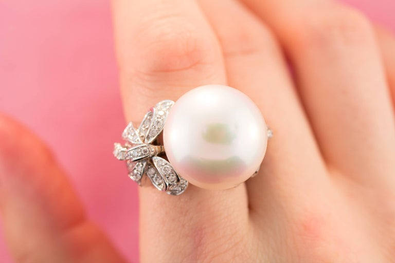 Ella Gafter White South Sea Pearl and Diamond Bow Ring In New Condition For Sale In New York, NY