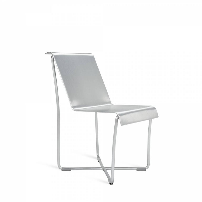 Frank Gehry and Emeco teamed up on a new kind of lightweight chair that beautifully expressed the elastic quality of aluminum at only 4.09kg. This chair conforms to the body as it gently rocks back and forth. The ingenious construction features a