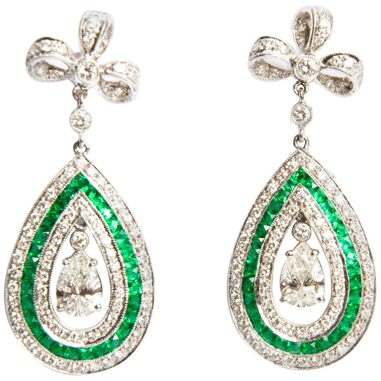 Emerald and Diamond 1.03 Carat White Gold 18 Karat Dangle Earrings For Sale
