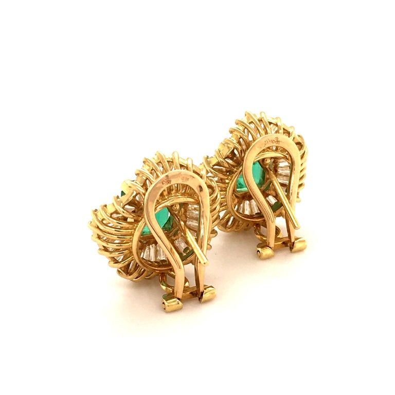 Emerald and Diamond Ballerina Earclips in 18 Karat Yellow Gold In Good Condition For Sale In Lucerne, CH
