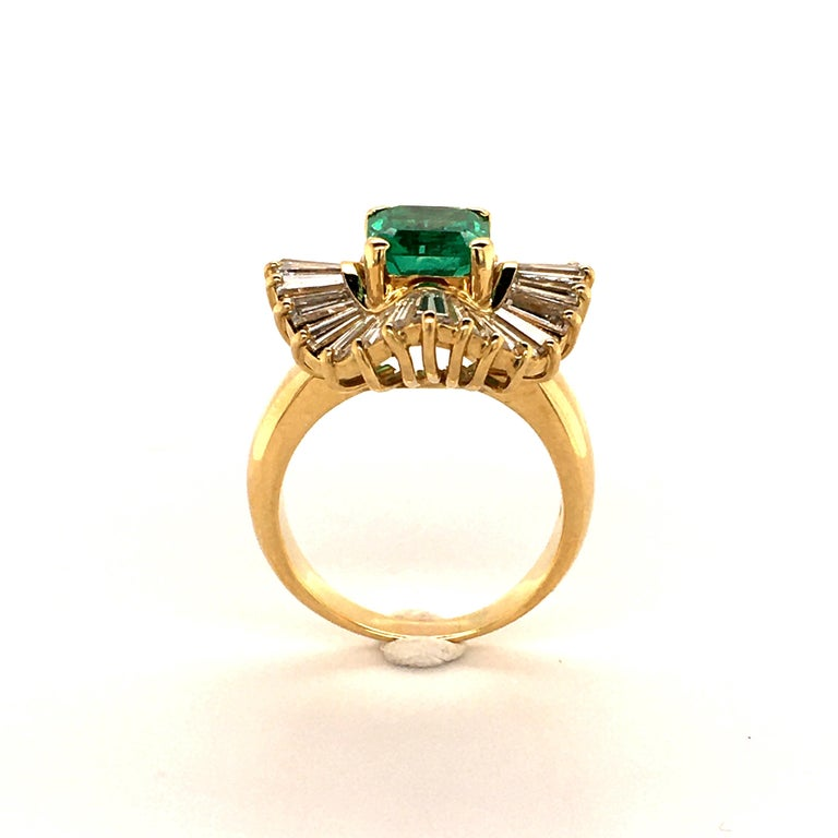 Emerald and Diamond Ballerina Ring in 18 Karat Yellow Gold In Good Condition For Sale In Lucerne, CH