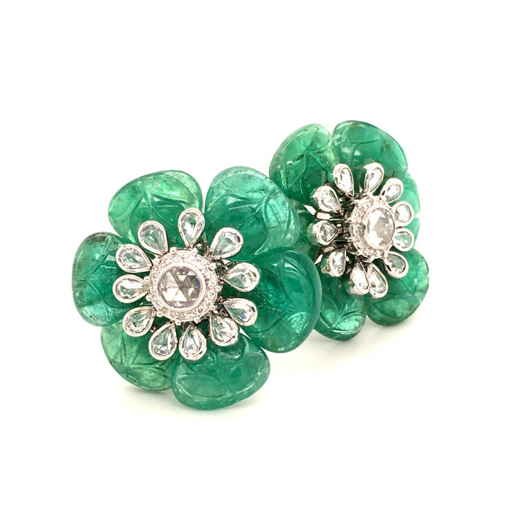 Emerald and Diamond Camelia Earclips in 18 Karat White Gold In Good Condition For Sale In Lucerne, CH