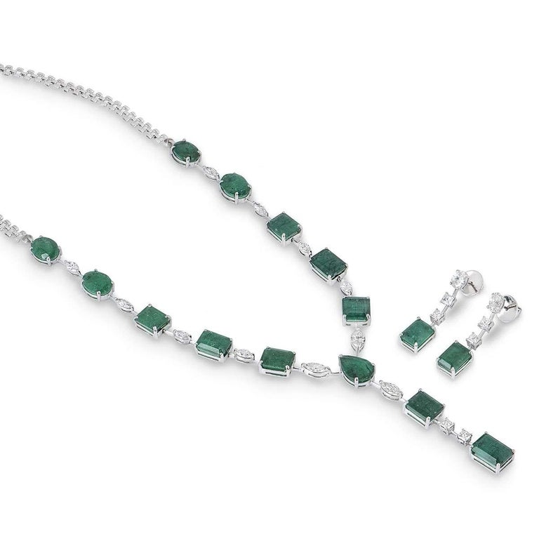 Emerald and Diamond Jewelry Suite with Choker Necklace and Earrings In New Condition For Sale In London, GB