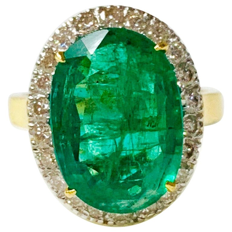 Emerald and Diamond Ring in 18 Karat Yellow Gold For Sale