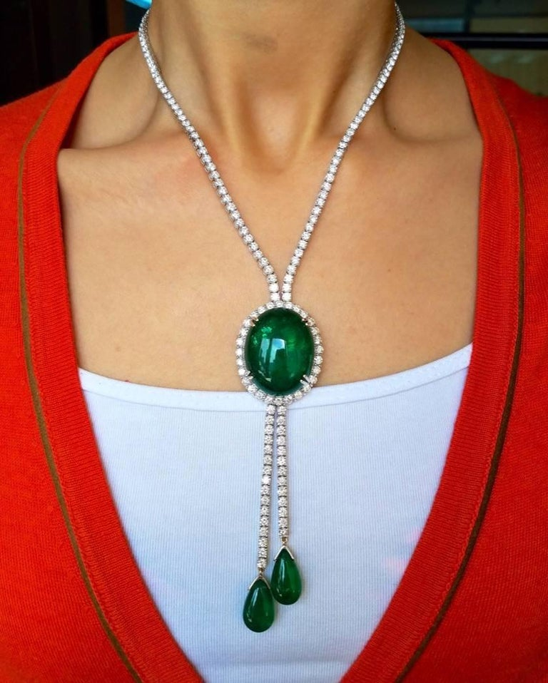Emerald Cabochon and Diamond 18 Karat Gold Necklace In New Condition For Sale In Kowloon, HK