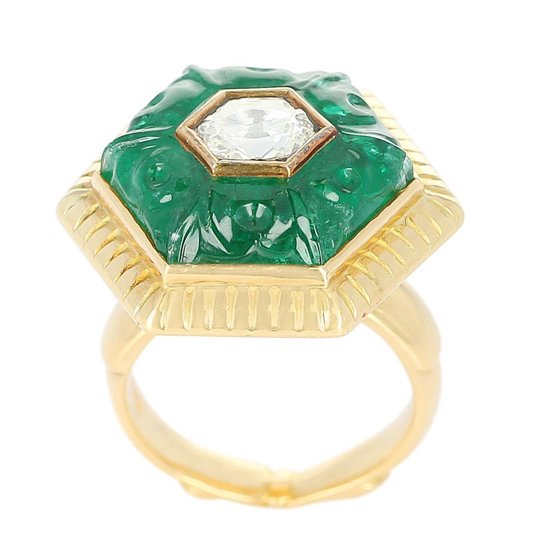 Emerald Carving Ring, Center Diamond Rose Cut, 22 Karat Yellow Gold In Excellent Condition For Sale In New York, NY