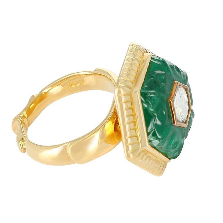 Emerald Carving Ring, Center Diamond Rose Cut, 22 Karat Yellow Gold For Sale 3