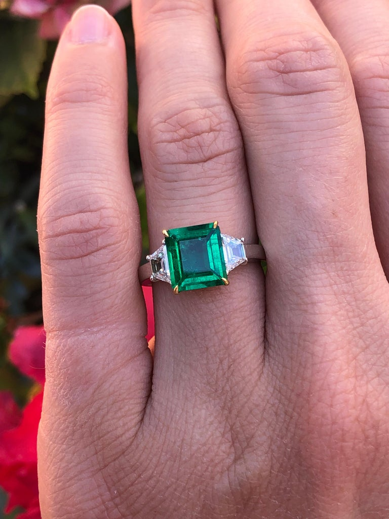 Colombian Emerald Ring Emerald Cut 1.85 Carats AGL Certified Insignificant Oil For Sale 4