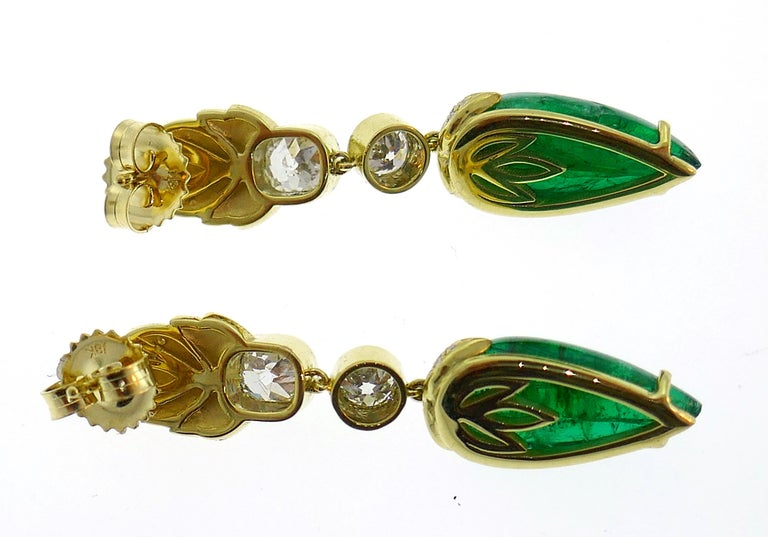 Emerald Diamond Gold Dangle Drop Earrings In Excellent Condition For Sale In Beverly Hills, CA