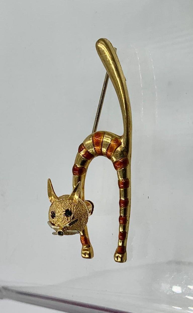 Cabochon Emerald Enamel Cat Kitten Brooch Pin 18 Karat Gold Retro Mid-Century Modernist For Sale