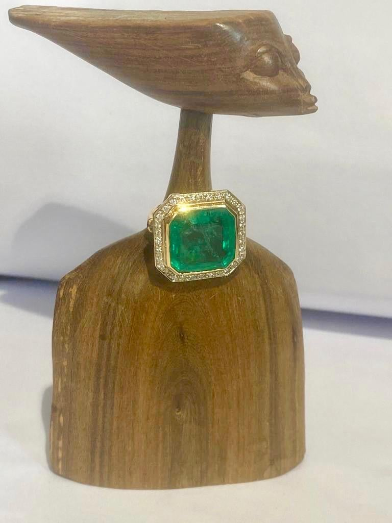 Colombian emerald solitaire ring circa 16 carats. The emerald is mounted on fine gold, crimped with diamonds circa 1 carats. The total weight is 10,7 g. The emerald has not been treated, it is its original color. The size of the ring is 56 but we