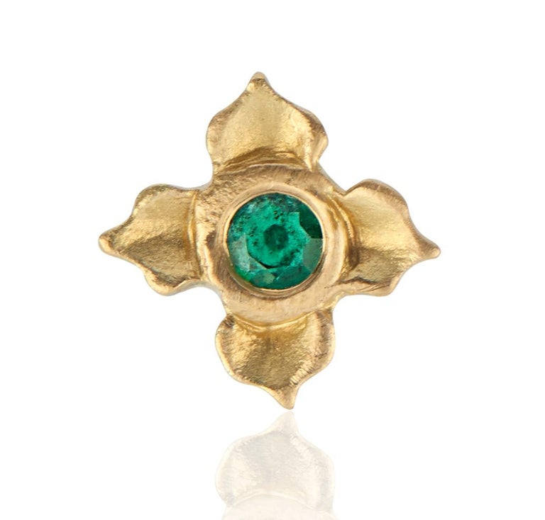 Contemporary Emerald Stud Earring in Lotus Flower Motif For Sale