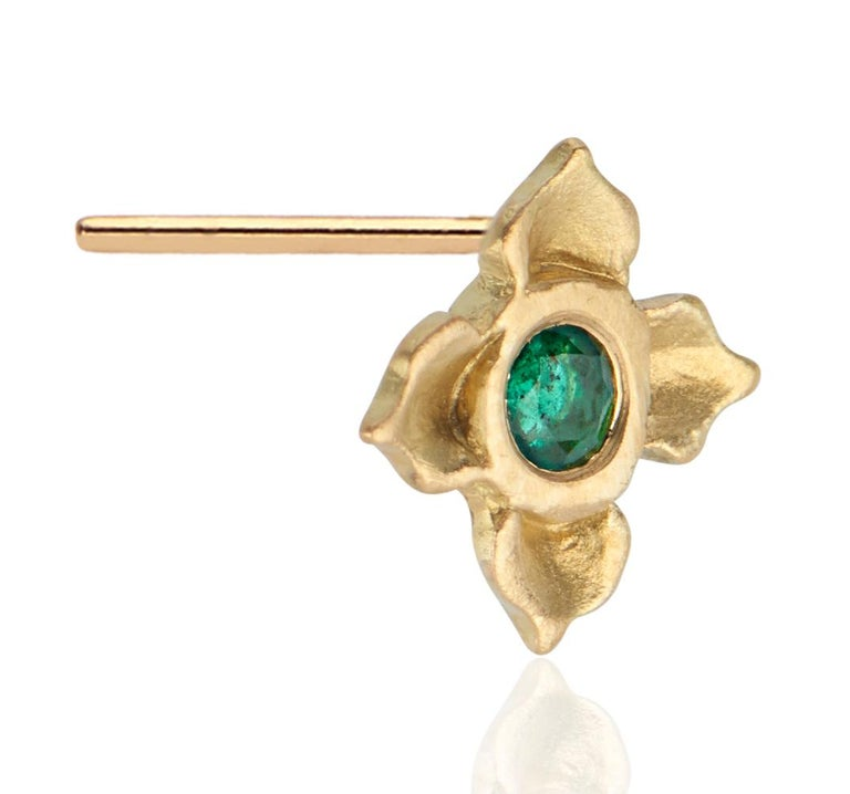 Emerald Stud Earring in Lotus Flower Motif In New Condition For Sale In New York, NY