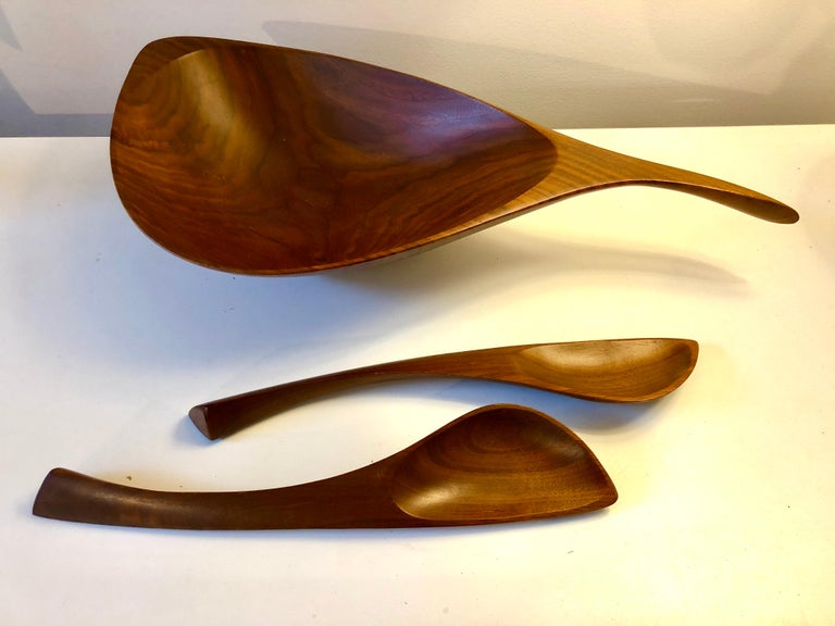 Emil Milan Abstract Salad Bowl and Tongs In Good Condition For Sale In Hudson, NY