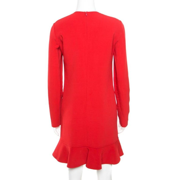 This ever-stylish piece from the fashion house of Emilio Pucci is a wardrobe staple. Get experimental by styling this red dress, crafted from a blend of fabrics, with contrasting footwear. The dress is complete with a flouncy hem and zipper