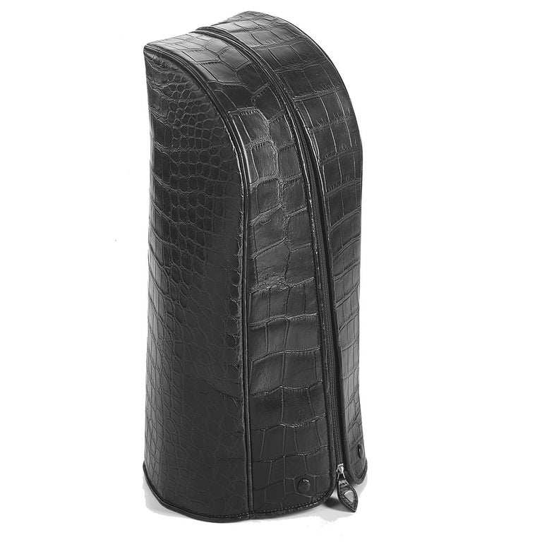 Part of the Empire collection, this superb golf bag is the ultimate accessory that combines functionality and elegance, along with a timeless black color that will suit any occasion. This piece is completely handmade of crocodile skin and carbon