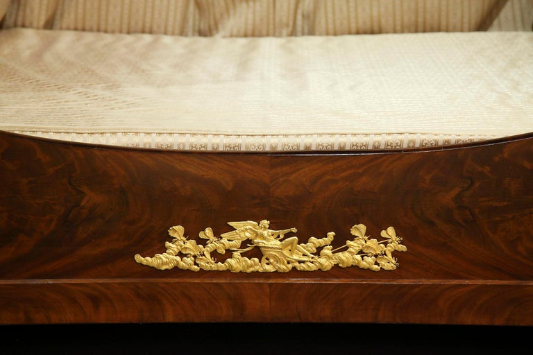 Empire Mahogany and Ormolu Sleight Bed In Good Condition For Sale In Paris, FR