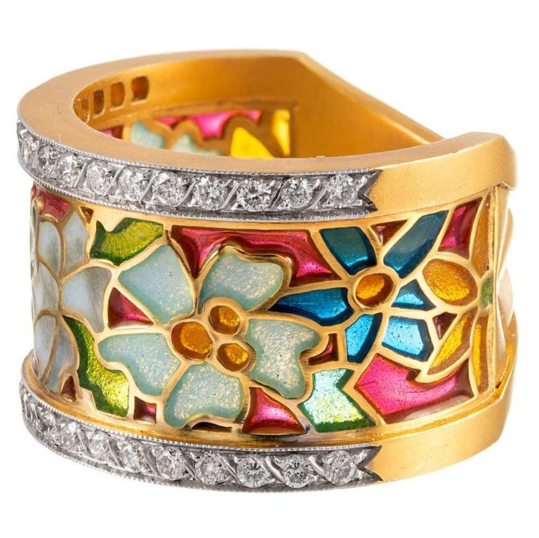 Since 1839, Masriera has been creating ultra-feminine fine jewelry with a unique style that is exclusive to this esteemed brand. Devotees immediately recognize the hallmarks of these timeless art nouveau-inspired accessories: sandblasted 18 karat