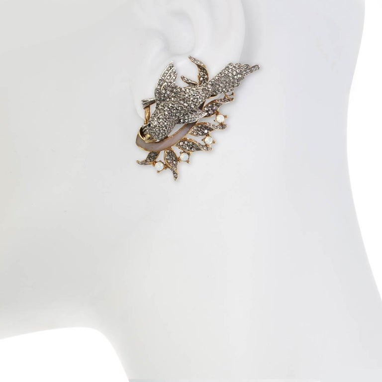 The Enchanting Bird Earring, from season I of the Ines x Ciner collaboration, is as sweet as can be with its beautiful rhinestone accents.  Materials:  Pewter 18K Gold Plating Genuine Rhodium Plating Opal Enamel Clip Dimensions:  Length: 2