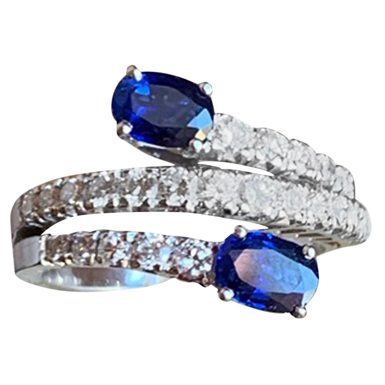 Engagement Toi e Moi Sapphires and Diamonds 18 Karat Gold Ring For Sale