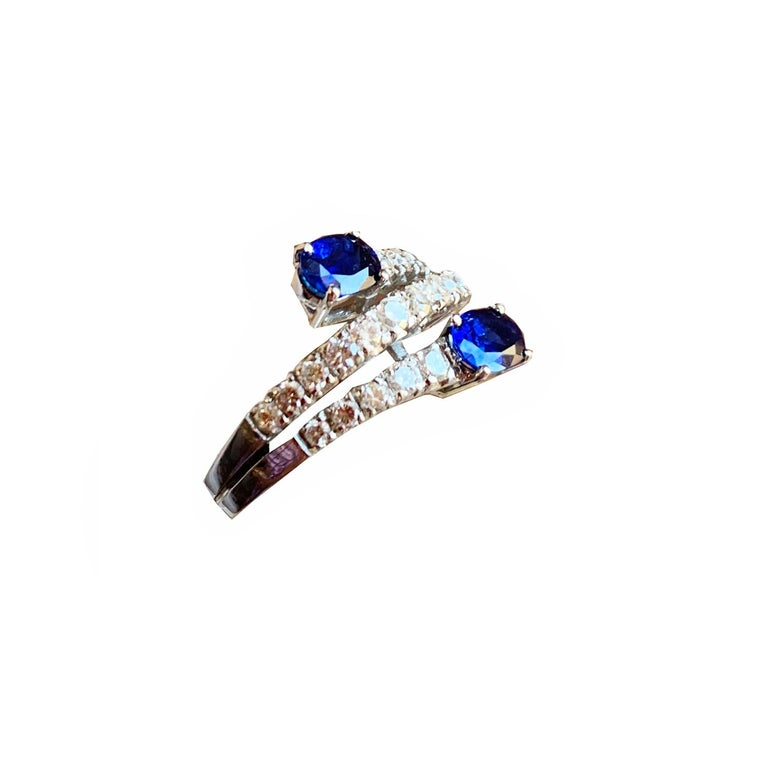 Modern Engagement Toi e Moi Sapphires and Diamonds 18 Karat Gold Ring For Sale
