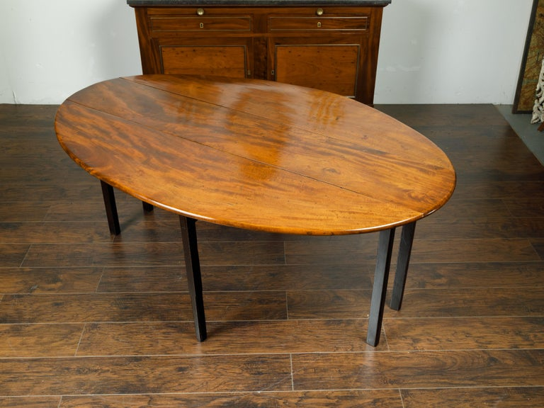 English 1820s Mahogany Drop Leaf Dining Table with Oval Top and Ebonized Legs In Good Condition For Sale In Atlanta, GA