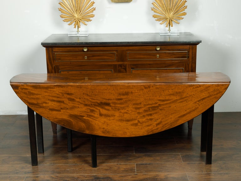 English 1820s Mahogany Drop Leaf Dining Table with Oval Top and Ebonized Legs For Sale 3