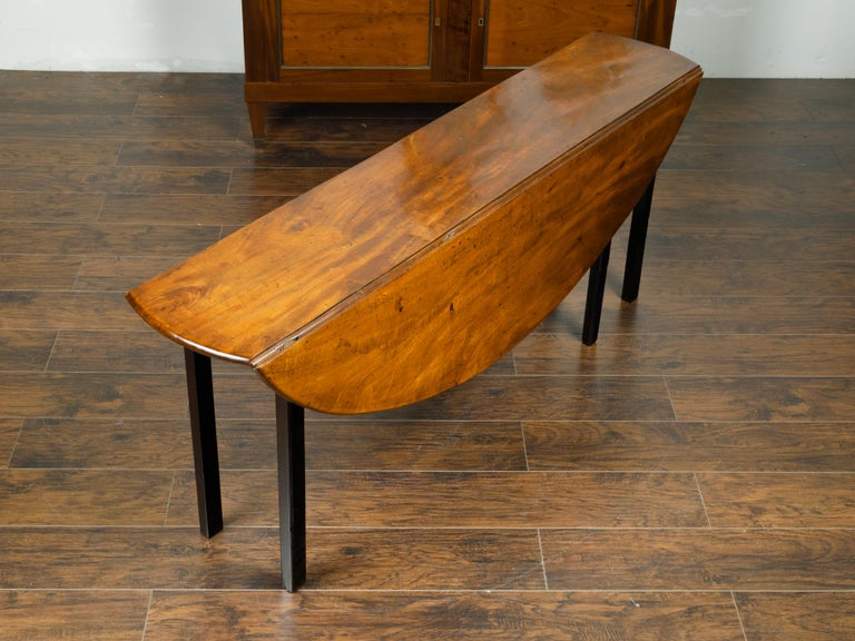 English 1820s Mahogany Drop Leaf Dining Table with Oval Top and Ebonized Legs For Sale 4