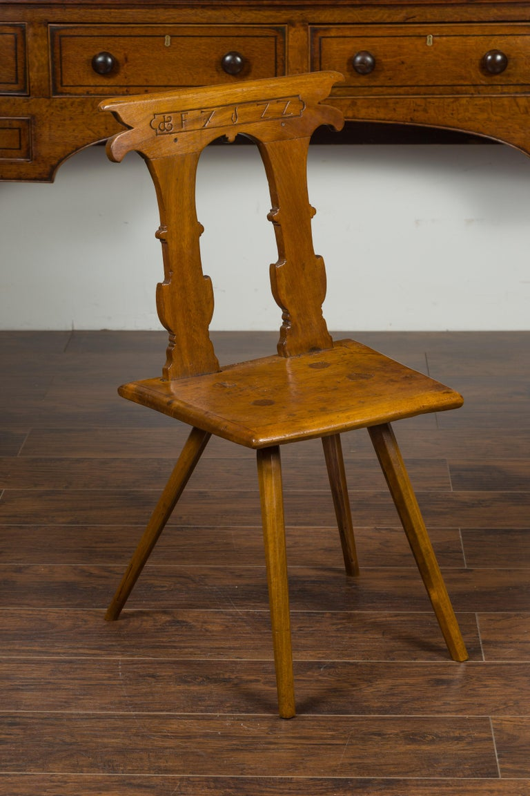 English 1850s Oak Chair with Pierced Back, Carved Inscription and Wooden Seat For Sale 6
