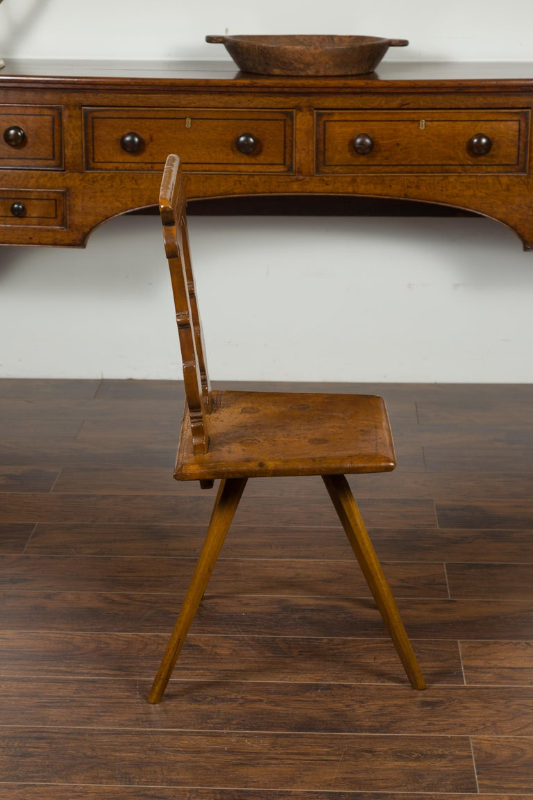 English 1850s Oak Chair with Pierced Back, Carved Inscription and Wooden Seat For Sale 7