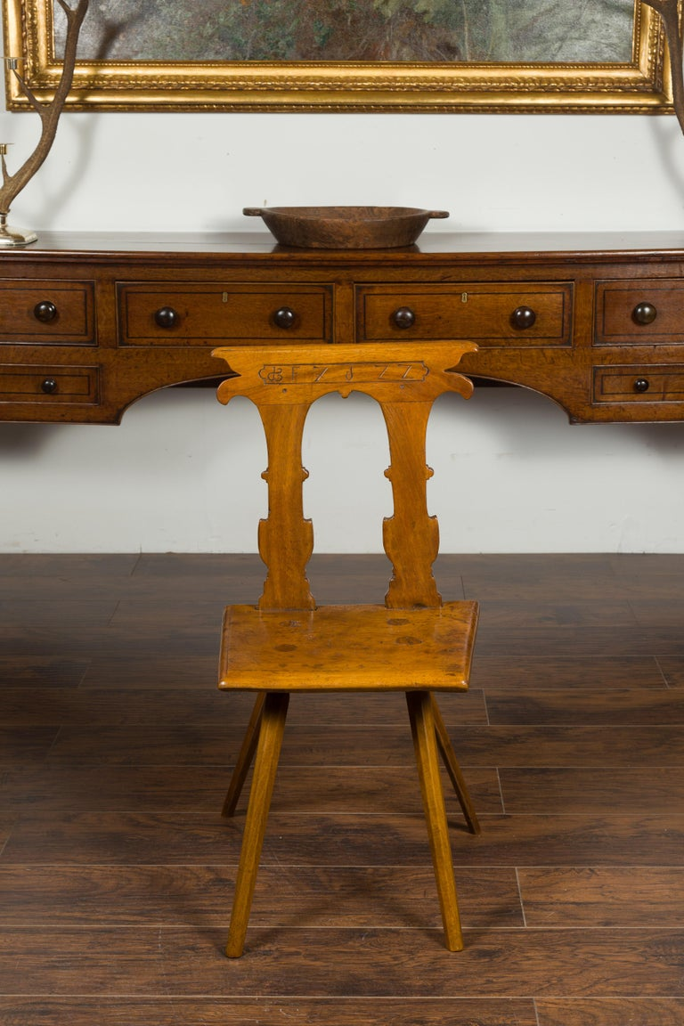 English 1850s Oak Chair with Pierced Back, Carved Inscription and Wooden Seat In Good Condition For Sale In Atlanta, GA