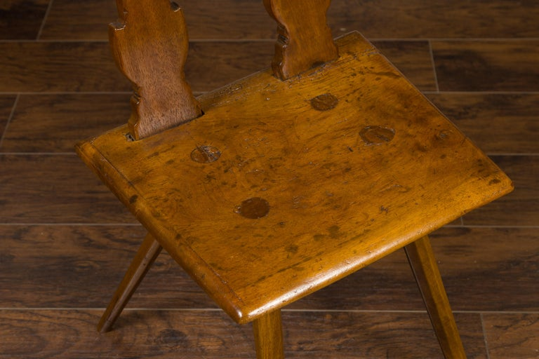 English 1850s Oak Chair with Pierced Back, Carved Inscription and Wooden Seat For Sale 5