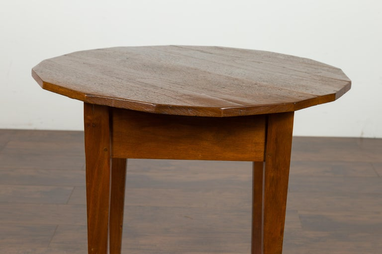 English 1860s Walnut Side Table with Polygonal Top and Tapered Legs For Sale 1