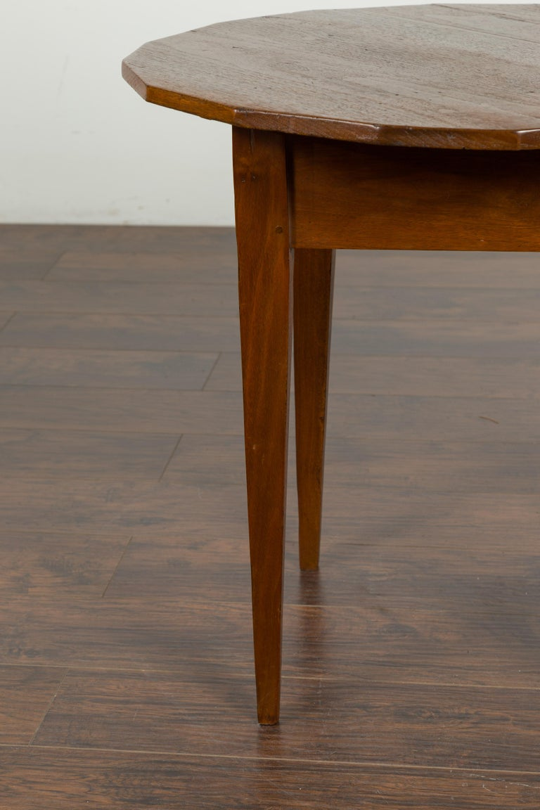 English 1860s Walnut Side Table with Polygonal Top and Tapered Legs For Sale 2