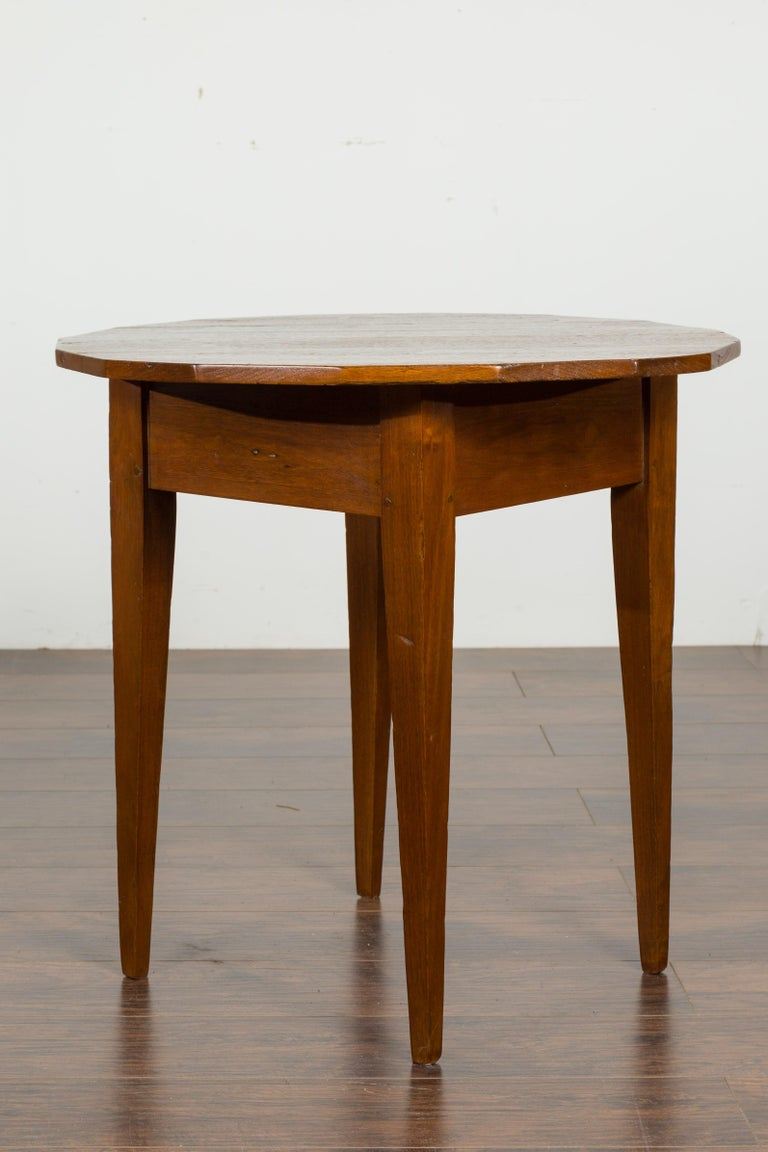 English 1860s Walnut Side Table with Polygonal Top and Tapered Legs For Sale 3