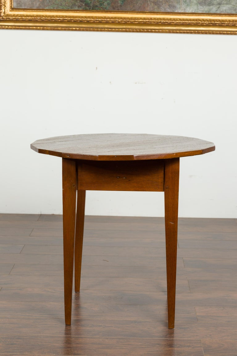 English 1860s Walnut Side Table with Polygonal Top and Tapered Legs For Sale 4