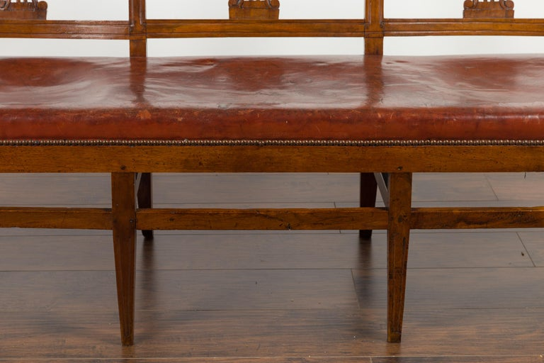 English 1860s Walnut Three-Seat Bench with Leather Seat and Carved Splats For Sale 4