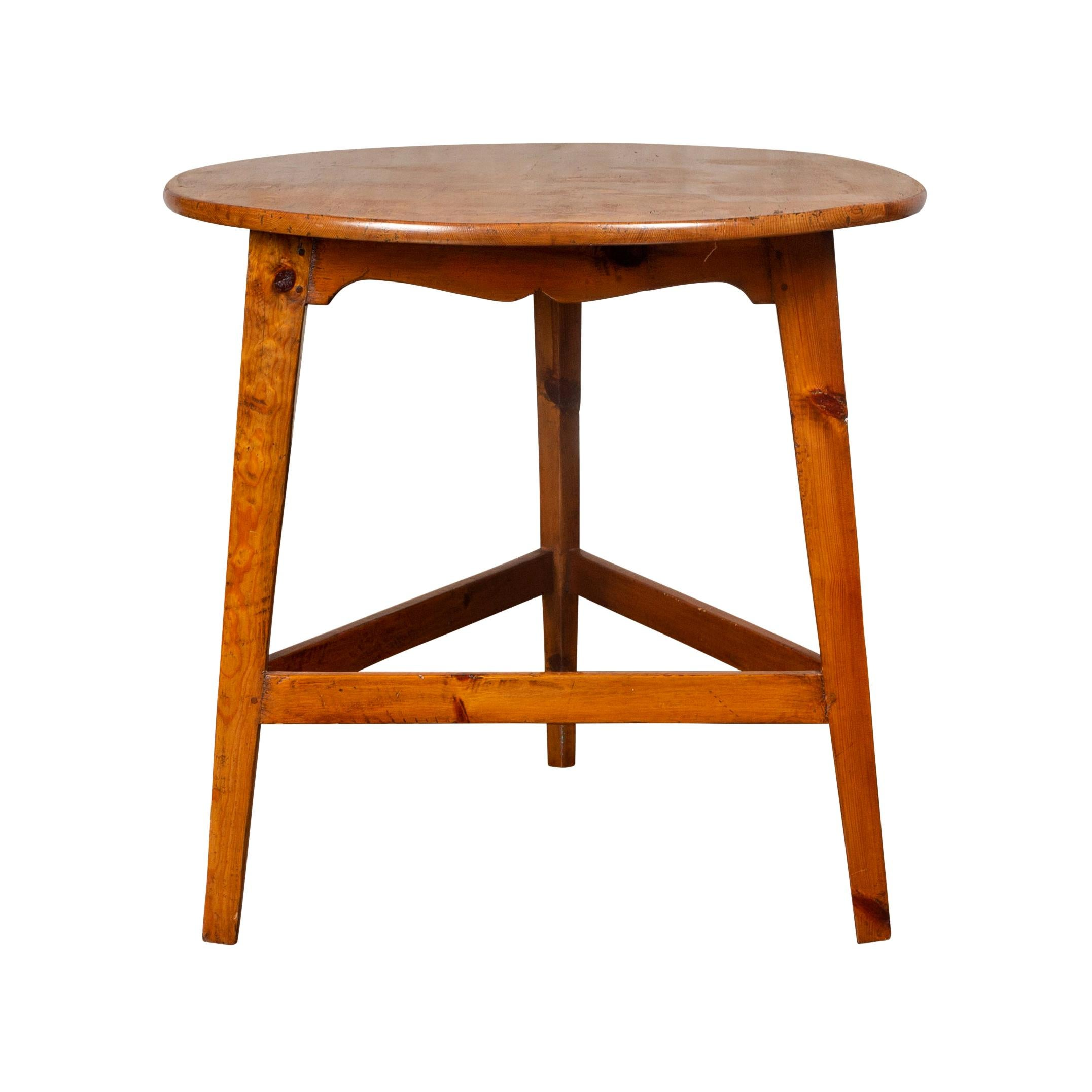 English 1870s Pine Cricket Table with Scalloped Apron and Side Stretchers