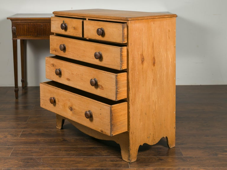 English 1870s Pine Five-Drawer Chest with Valanced Apron and Wooden Pulls For Sale 3