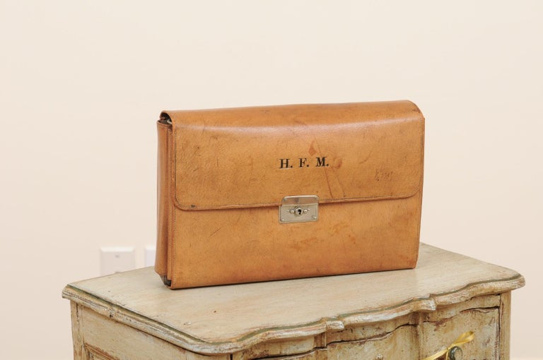 An English Victorian period leather men's travel kit from the late 19th century with H.F.M monogram. The perfect gift par excellence, this leather travel kit combines elegance and patina. Unfolding to reveal various toiletries perfectly organized in