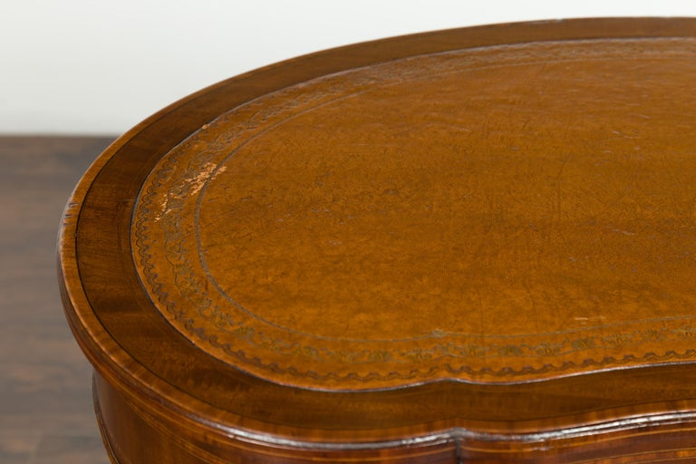 19th Century English 1880s Mahogany Kidney Table with Leather Top, Banding and Casters For Sale